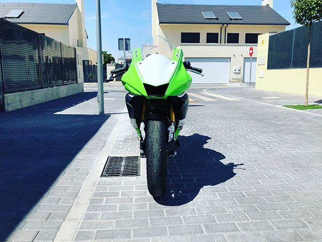 PARGON Soluciones Creativas y Publicitarias - Yamaha R6 personalizada, lista para salir a pista